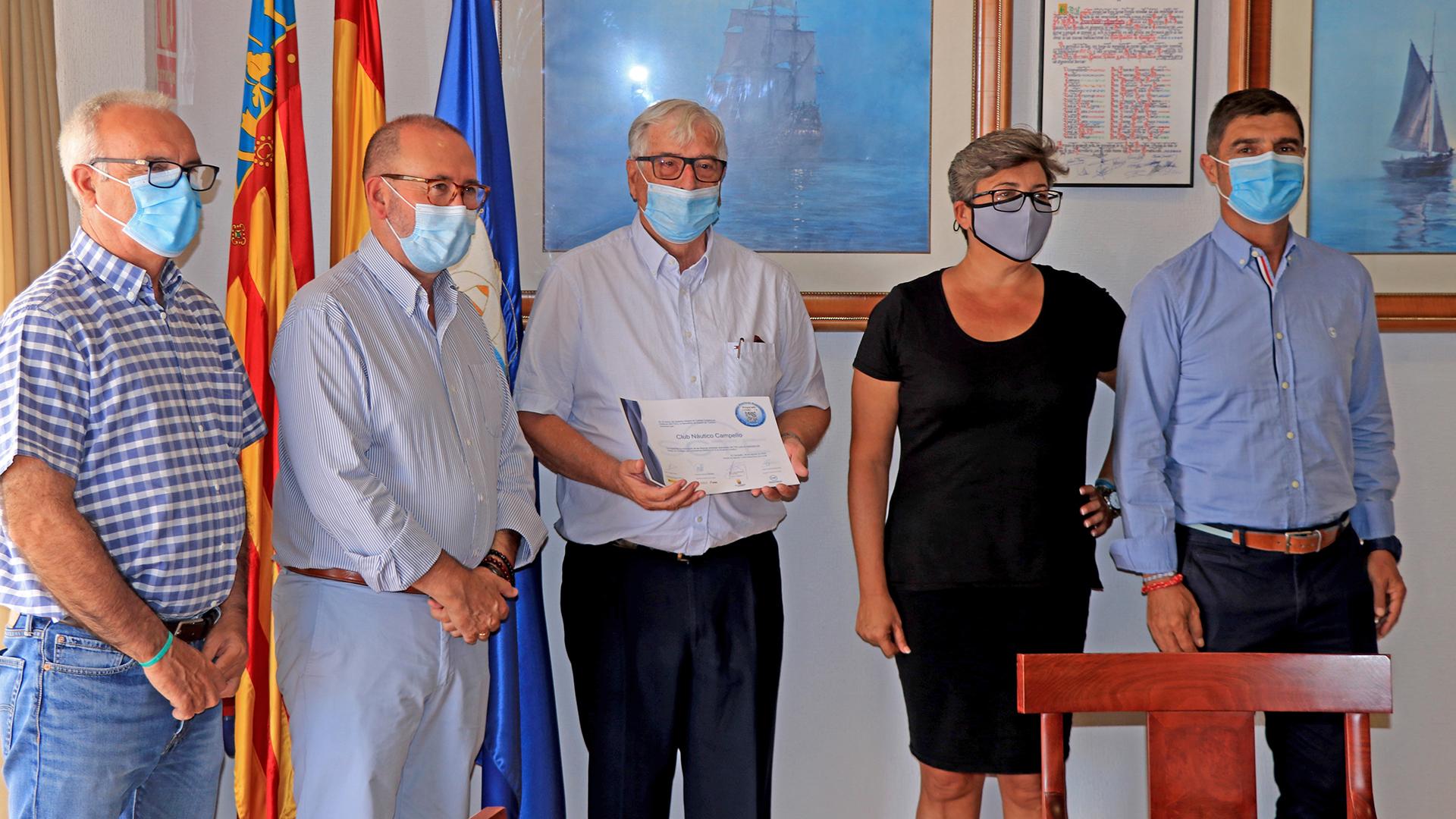El Presidente del CNC, Miguel Baena, recibe de manos del Alcalde de El  Campello, Juan José Berenguer, junto a la Concejal de Turismo del  municipio campellero, Marisa Navarro