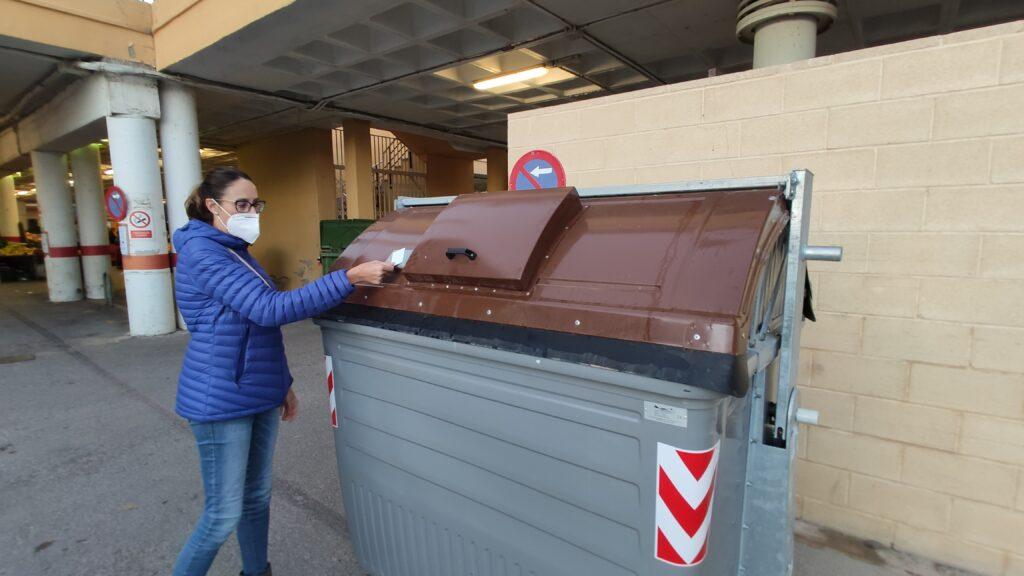 Una usuaria abre el contenedor de residuos orgánicos con su tarjeta MIFARE